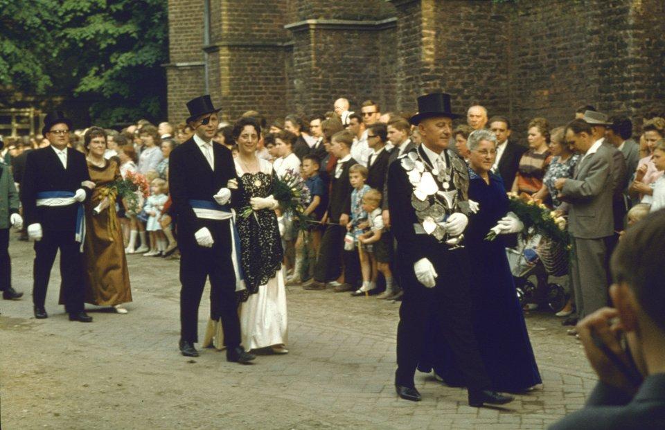 Vorbeimarsch Königsgefolge Peter Corall auf dem Kirchplatz im Jubiläumsjahr