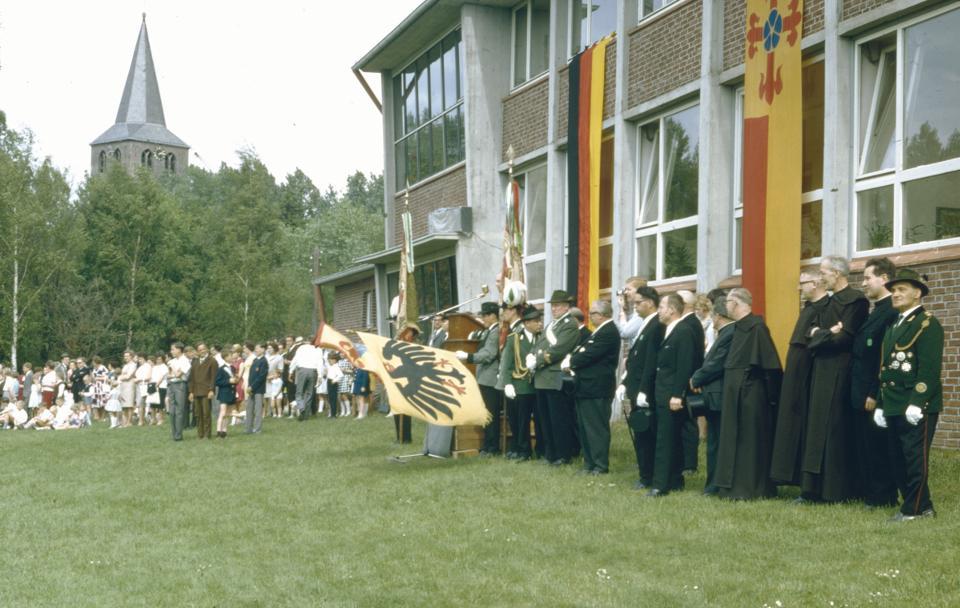 Kreisfest der Bruderschaften im Kreis Erkelenz in Beeck auf der Wiese der Grundschule