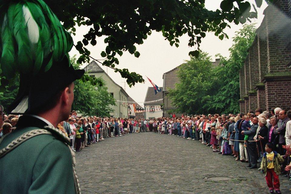 Ein Blick unseres Hauptmannes Hermann-Josef Nelles auf den Kirchplatz 1992 vor der Parade