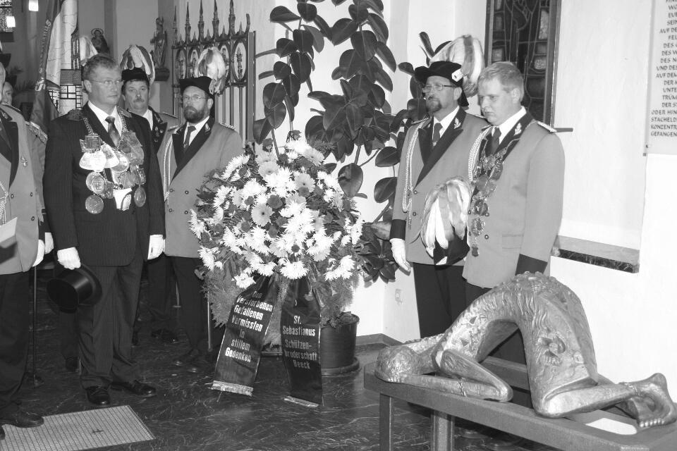König Wolfgang Radermacher und Prinz Alexander Cremer legen am Mahnmal einen Kranz nieder.