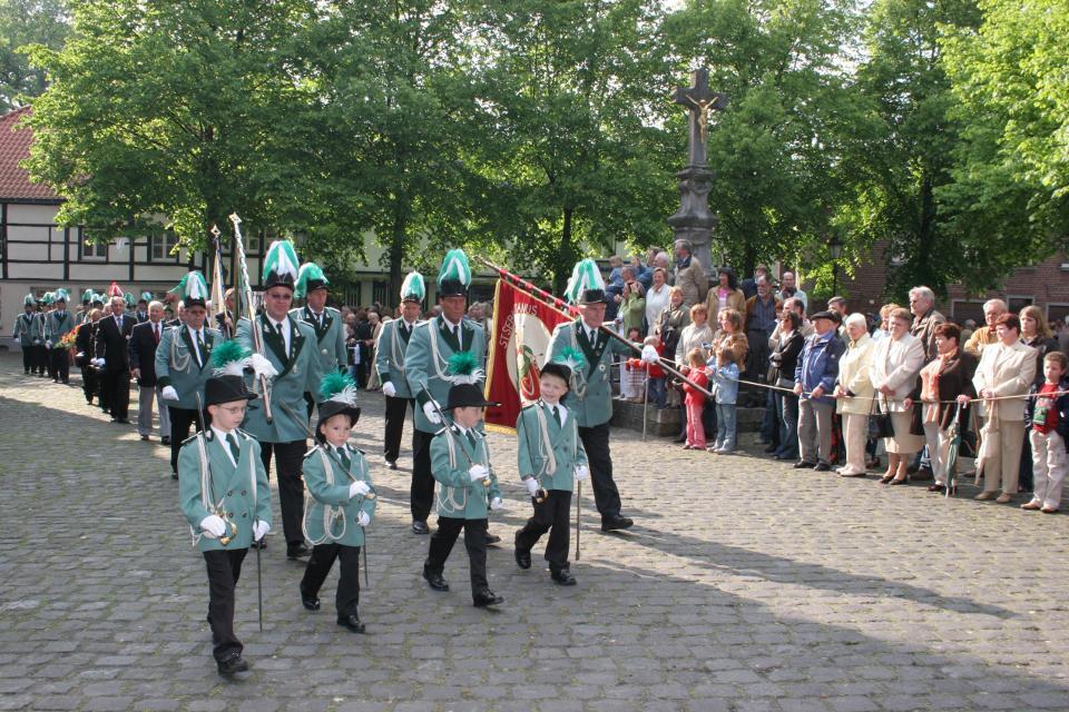 Erstmalig im Festzug vertreten war eine Schützennachwuchsgruppe unter der Obhut der Fähnriche