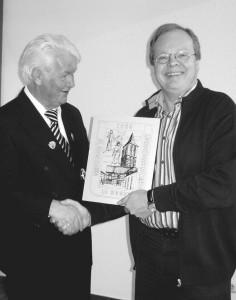 Pater Franz überreicht dem Bundesmeister Heinz-Josef Born zur Erinnerung und als Dankeschön für die große Leistung [auf unserer Jahreshauptversammlung] ein Bild der Kirche mit der Hofansicht des Pfarrheimes