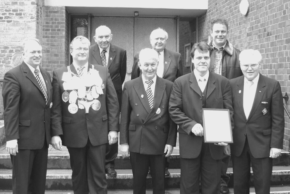 Bezirksbundesmeister Heinz Beyers (r.) aus Merbeck, sowie  Präses Pater Franz (m.) und Brudermeister Herbert Fervers (l.) gehörten zu den Gratulanten.