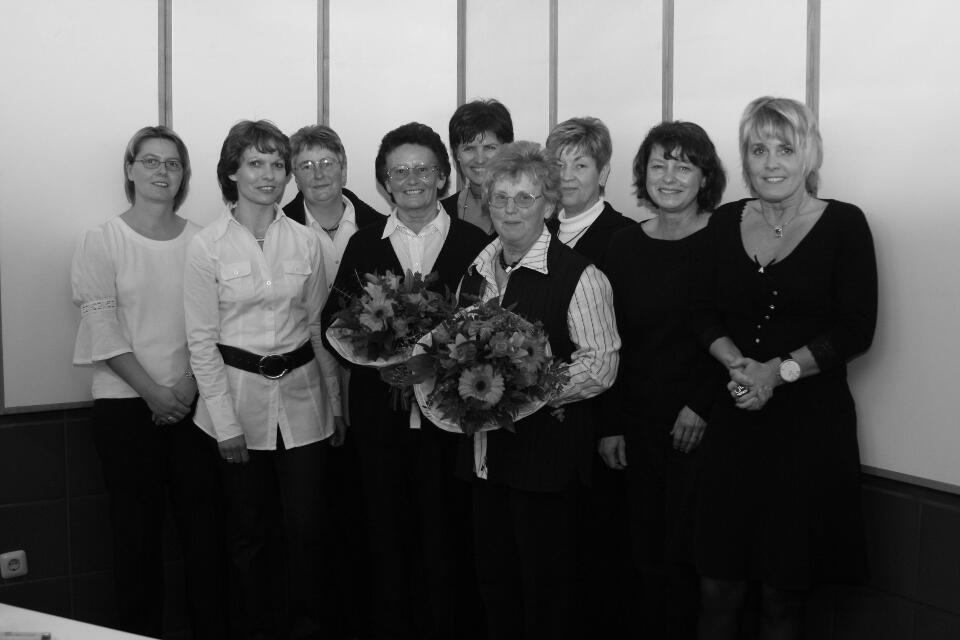 Unser Dank an die Vorstandsdamen 2008, verstärkt durch die Frauen des Königsgefolges Petra Winkens (2.v.l.), Henny Nix (m.), Angela Wolters (2.v.r.) und Sabine Rögels (r.)