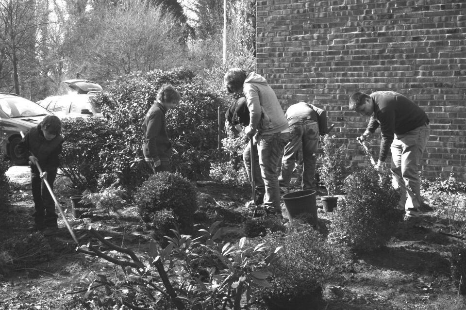 Die Jungschützen bei der Arbeit in der Grünanlage unserer Pfarrkirche