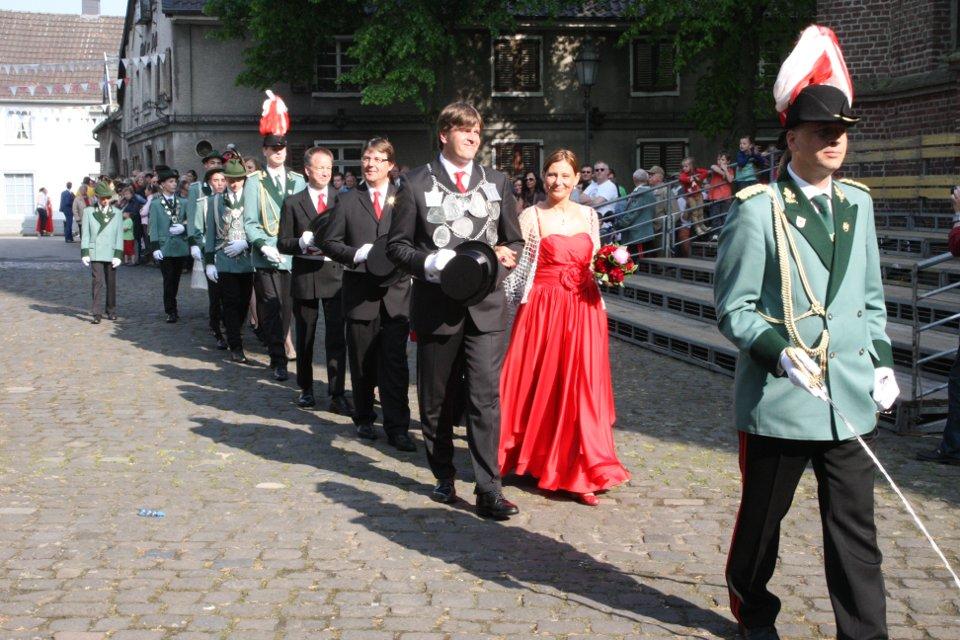 Unser Königsgefolge angeführt von Adjutant Julian Schlagheck auf dem Kirchplatz