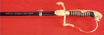 """Die Basis des Säbels bildet ein Löwenkopfsäbel mit Fischhautgriff. Als Augen wurden zwei Granaten eingesetzt. Auf dem zum Griff gehörigen Klingenschutz ist auf einer Seite das Beecker Wappen und auf der anderen Seite das Jägerzugwappen eingraviert. Scheide und Klinge sind mit Inschriften verziert. Auf der Scheide steht """"""""Noli me stringere sine causa"""""""" (Ziehe mich nie ohne Grund) und umseitig """"""""Pro deo, rege et patria"""""""" (Für Gott, König und Vaterland). In die Klinge ist """"""""Noli me condere sine honore"""""""" (Stecke mich nie ohne Ehre ein) und erneut """"""""Pro deo, rege et patria"""""""" eingraviert. Ferner ist die Klinge noch damasziert.  Der Säbel soll seinen Träger an seine Aufgaben und Pflichten erinnern."""
