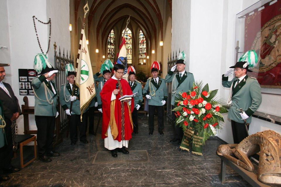 Pfarrer Tran, die Fähnriche und die Stabsoffizieren Jörg Padberg und Johannes Dresen unter dem Tum am Ehrenmal