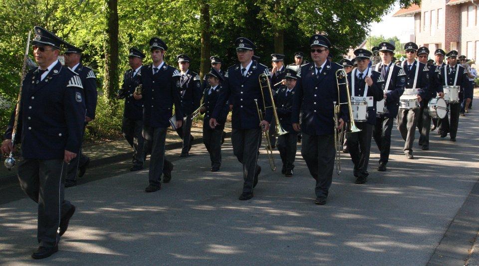 Das Trommler- und Pfeiferkorps 1925 Katzem e.V. beim Festzug 2010 in Beeck