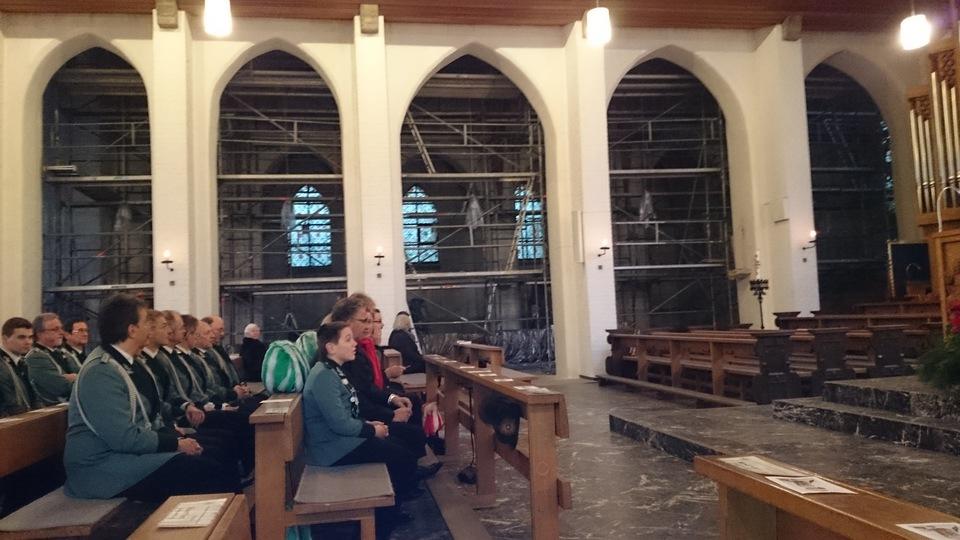 Ein Blick auf die Malerarbeiten in unserem alten Kirchenschiff von St. Vincentius Beeck