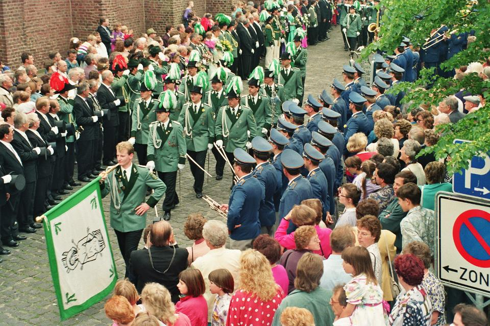 Bei der Parade auf dem Kirchplatz - Pfingstmontag im Gründungsjahr 1992
