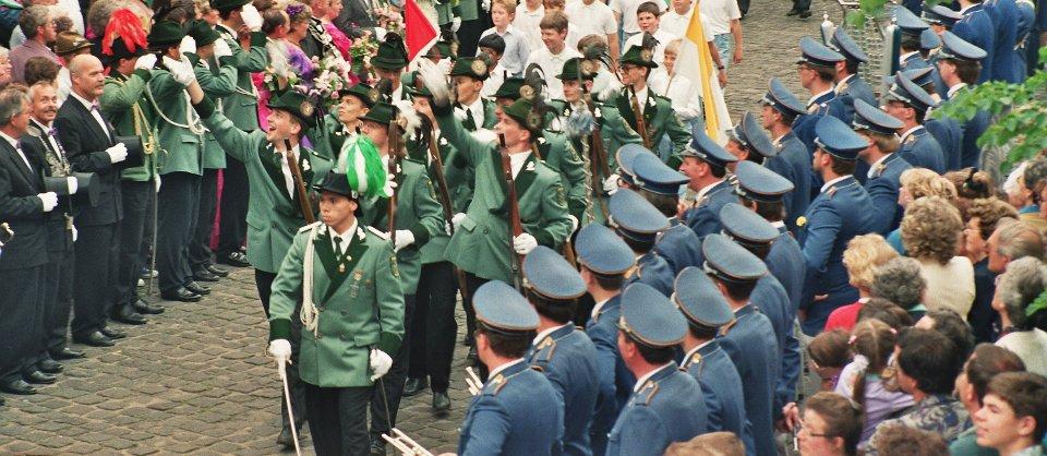 Der zwote Jägerzug bei der Parade am Pfingstmontag im Gründungsjahr 1992