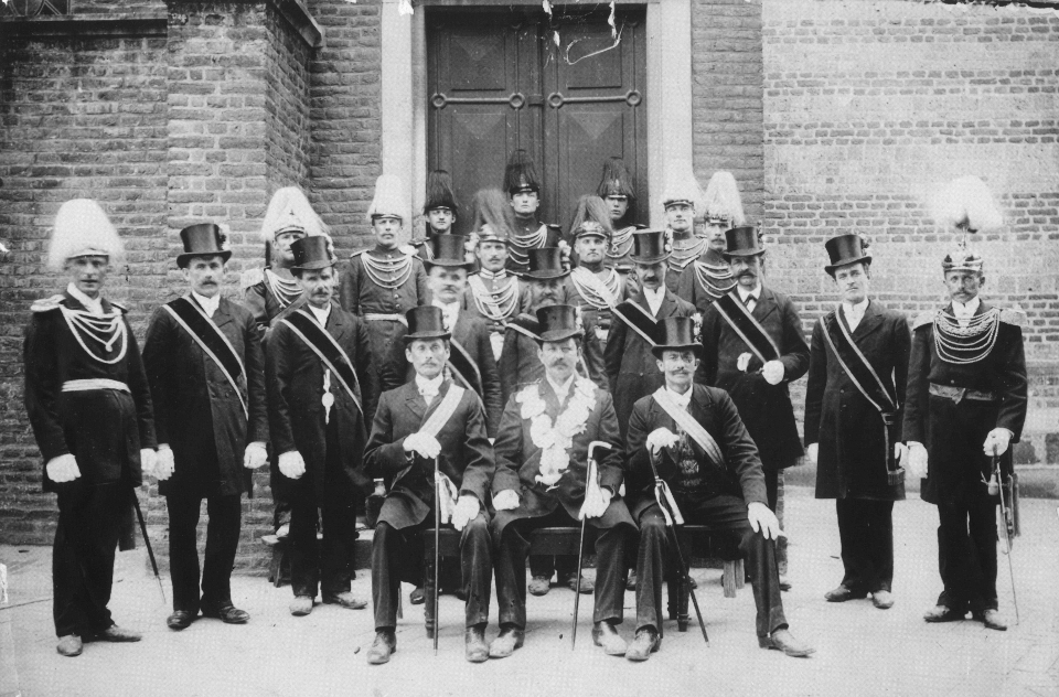 1909 König Josef Mehl und Gefolge vor der Pfarrkirche