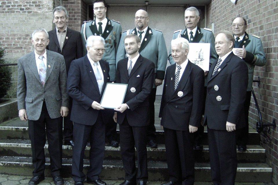 Bezirksbundesmeister Heinz Beyers aus Merbeck überreicht dem amtierenden König Michael Schlagheck die Urkunde zur Verleihung des Hohen Bruderschaftsordens
