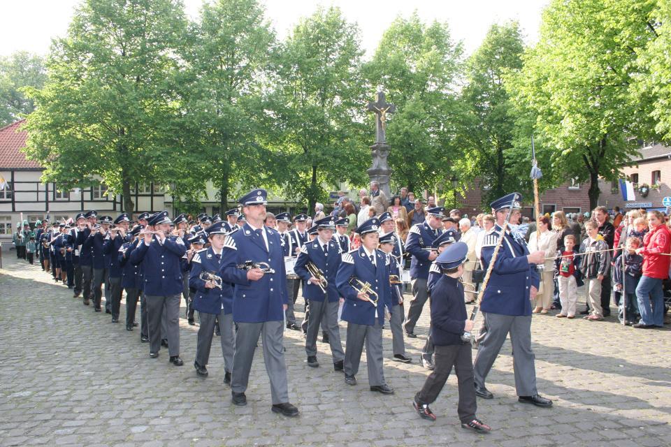 80 Jahre Trommler- & Pfeiferkorps Katzem, seit 1959 im Beecker Festzug