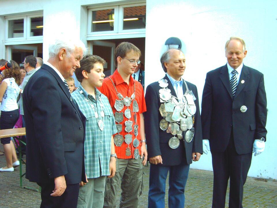 Präses Pater Franz, Schülerprinz Alexander Winkens, Prinz Malte Hotes, König Hans Winkens, Brudermeister Herbert Fervers (v.l.n.r.) auf dem Kirchplatz