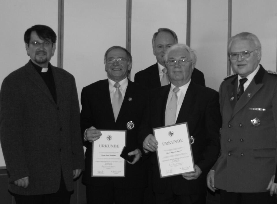 Zu den Gratulanten zählten Pfarrer und Präses Matthäus Zuska (li), Bezirksbrudermeister Heins Beyers (re) sowie Brudermeister Herbert Fervers (mi)