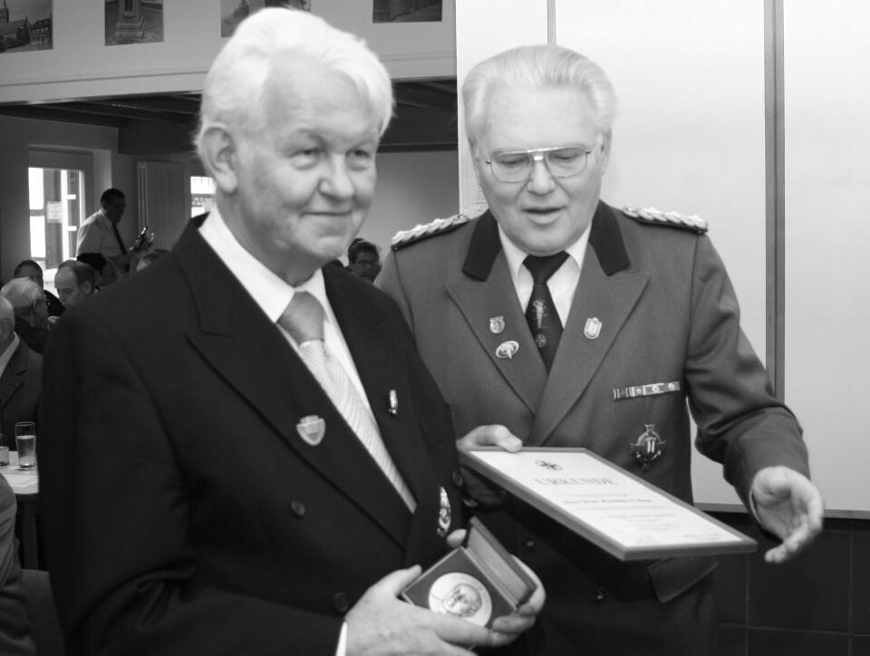 Pater Franz erhält von Bezirksbrudermeister Heinz Beyers die Dr. Peter Louis Plakette