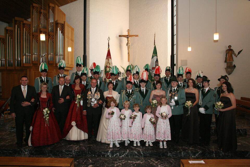 Ein Gruppenbilder der Majestäten mit Fähnrichen und Stabsoffizieren nach der Messe