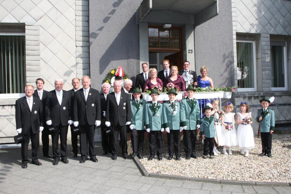 Gruppenbild Vorstand und Majestäten vor dem Pfarramt