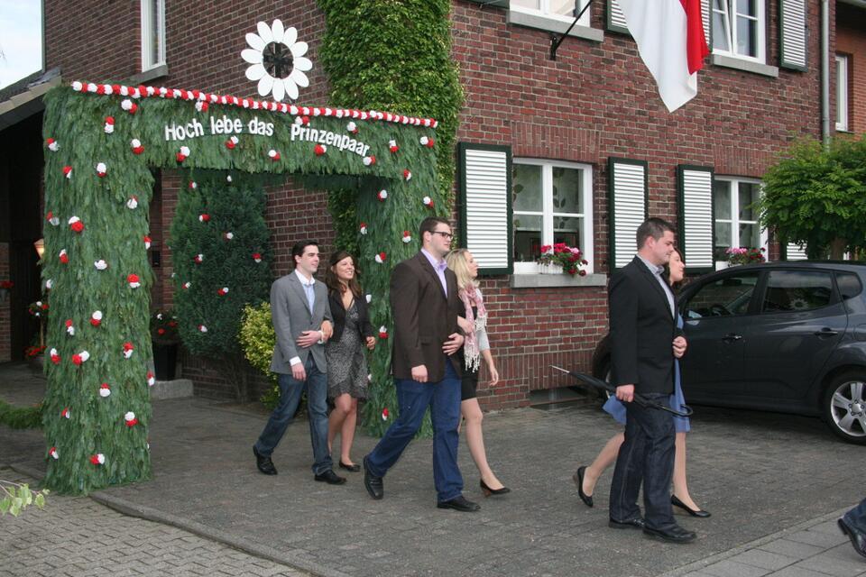 Pfingstsamstag beim Ausmarsch am Prinzenhaus, das Logo der Blumenkinder am Torbogen