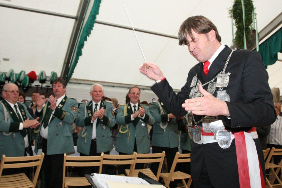 Unter lauten Jubel dirigiert unser König Daniel Schlagheck das Trommlerkorps Katzem
