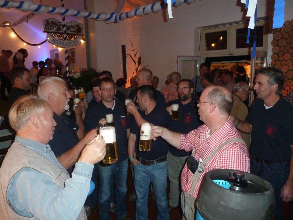 Brudermeister Herbert Fervers und die Feuerwehr beim Fassanstich im Pfarrheim