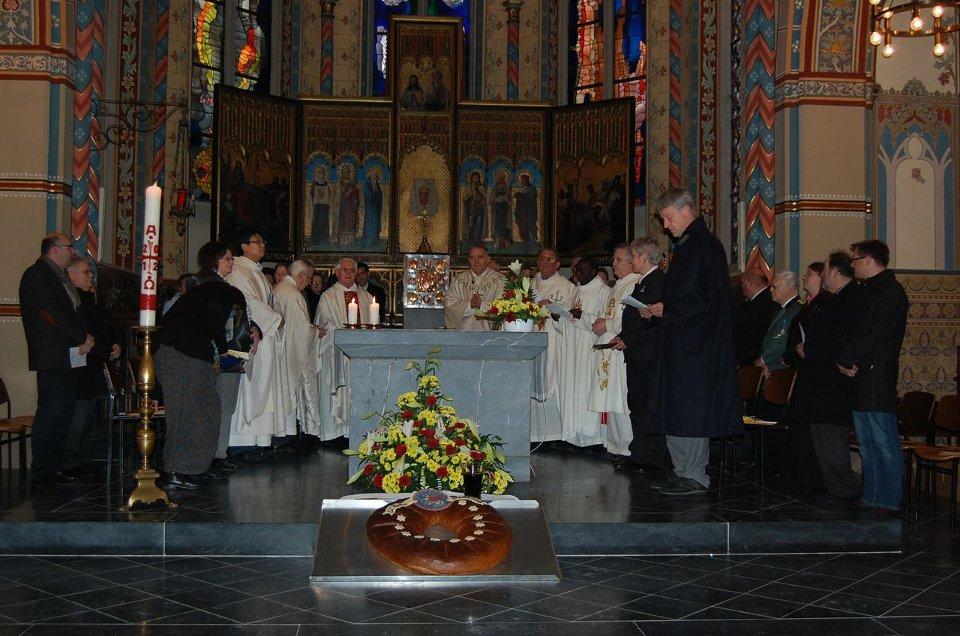 Der Altarraum der Pfarrkirche St. Peter und Paul während der Gründungsmesse
