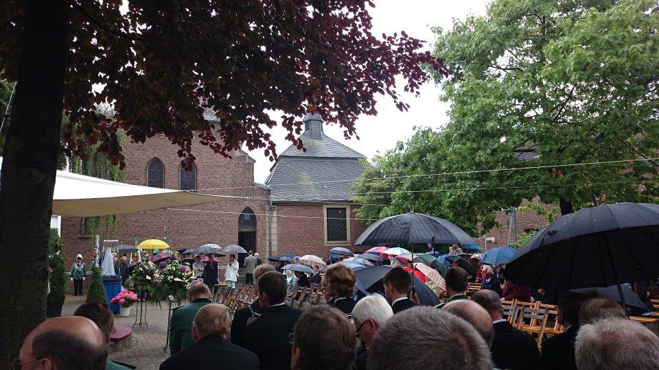 Eine gut besuchte Messe bei sporadischem Regen