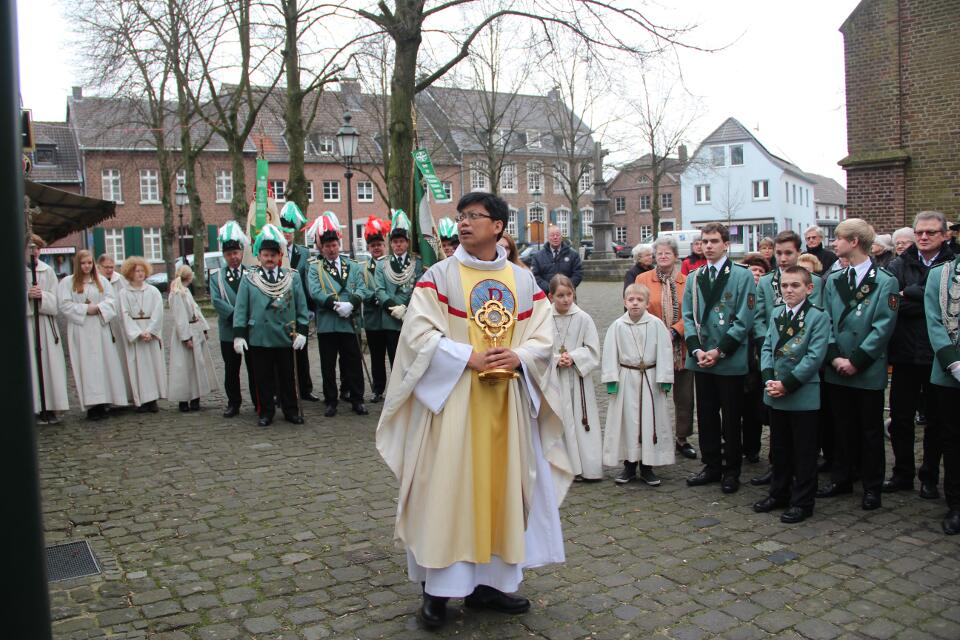 Unser Pfarrer Huu-Duc-Tran vor dem Vincentiushaus