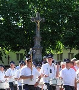Das Trommlerkorps Katzem Pfingsten 2012 vor dem Kreuz auf dem Kirchplatz