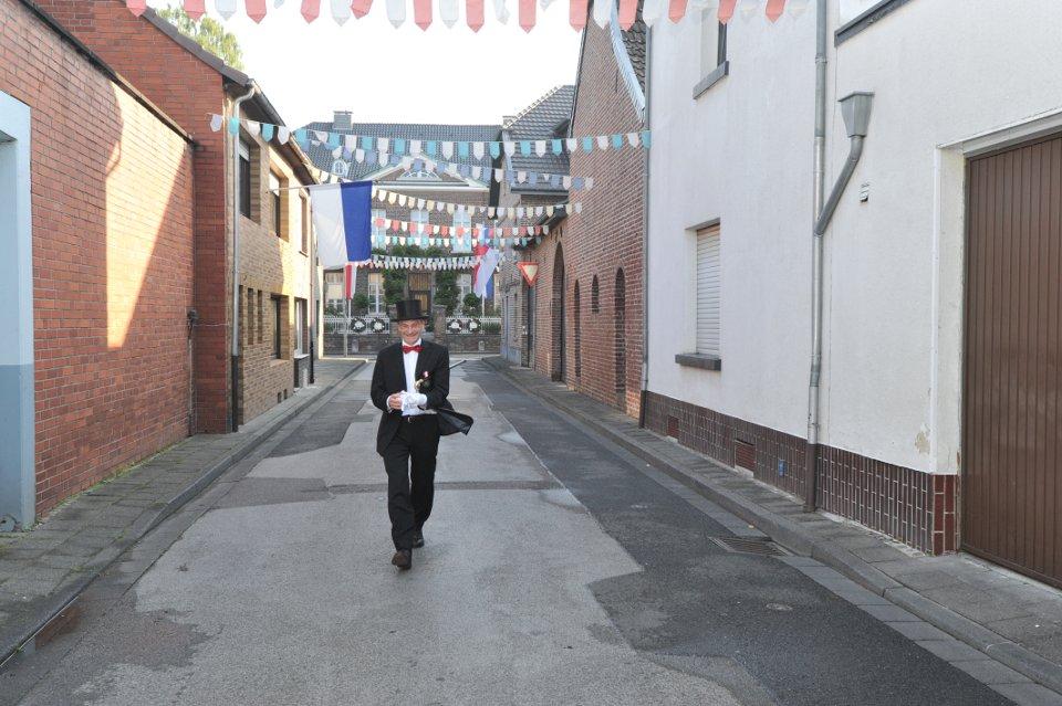 Michael Schlagheck nach der Vorbereitung des Kirchplatzes auf die Parade auf dem Weg zum Antreten