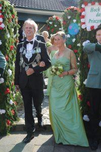 Das Königspaar Georg und Uschi Wimmers verlassen am Pfingstsonntag in vollem Ornat das Königshaus