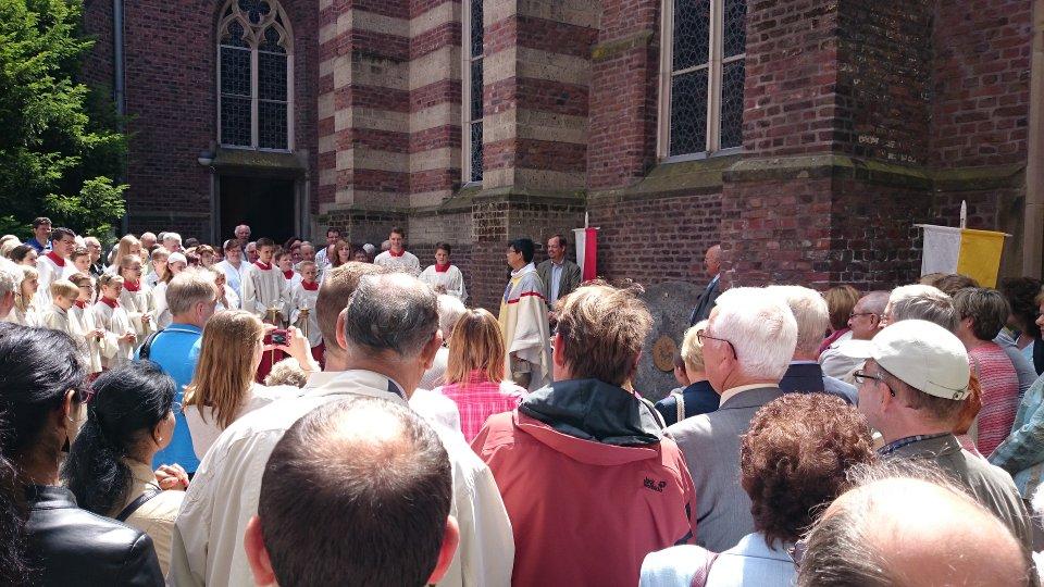 Einsegnung des neuen Pfarrmühlsteins an der Kirchplatzseite von St. Peter und Paul, Wegberg