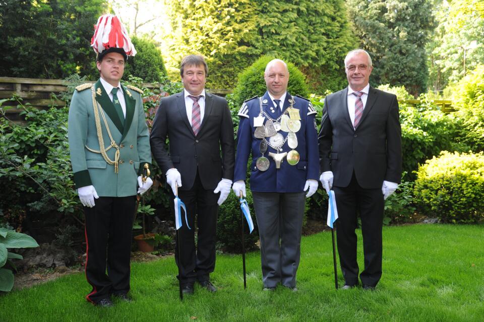 König Hans-Peter Kaulhausen, Minister Karl-Heinz Schumacher und Hans-Peter Schiffers, Königsadjutant Tim Kaulhausen