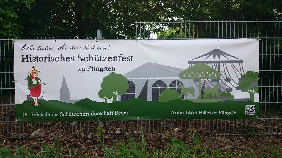 Banner am Friedhofszaun am Ortseingang