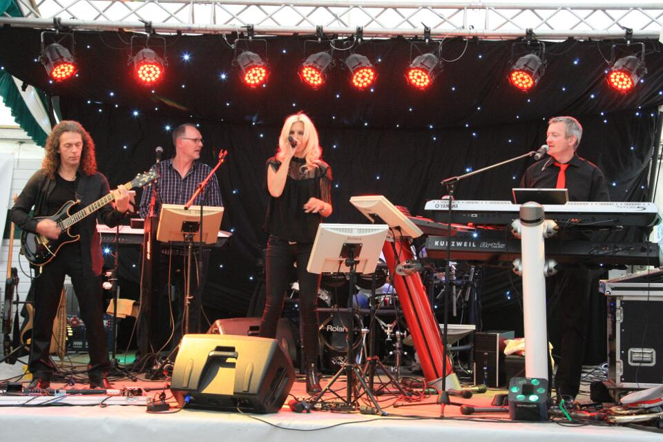 GOOD VIBES in Pfingsten in Beeck auf der Bühne: Alex, Thomas, Sandra und Manni, sowie etwas abgetauscht am Schlagzeug Elmar