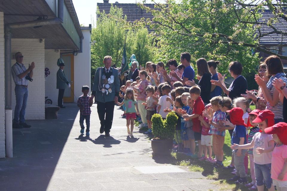Unser amtierender König Udo Florack mit der Kindergartenkönigin Anna-Lena und König Rukshan marschieren an den Kindergartenkindern vorbei.