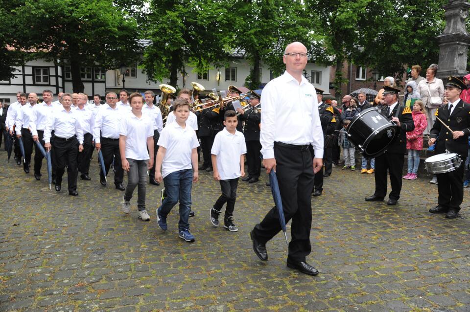 Die FBB 06 Pfingsten bei der Parade auf dem Kirchplatz